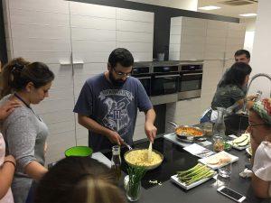 """Preparando las recetas del taller """"Cenas ligeras y saludables"""""""